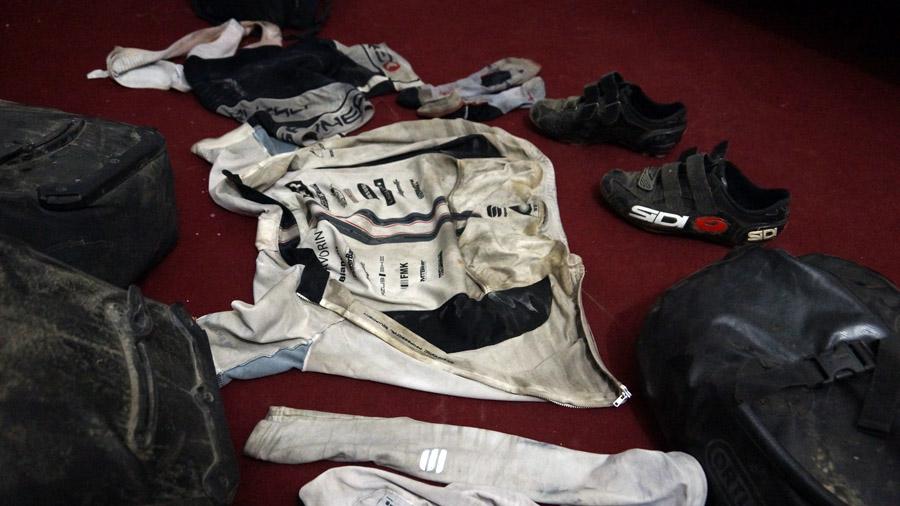 Špinavé cyklistické oblečenie po jazde v prachu a na